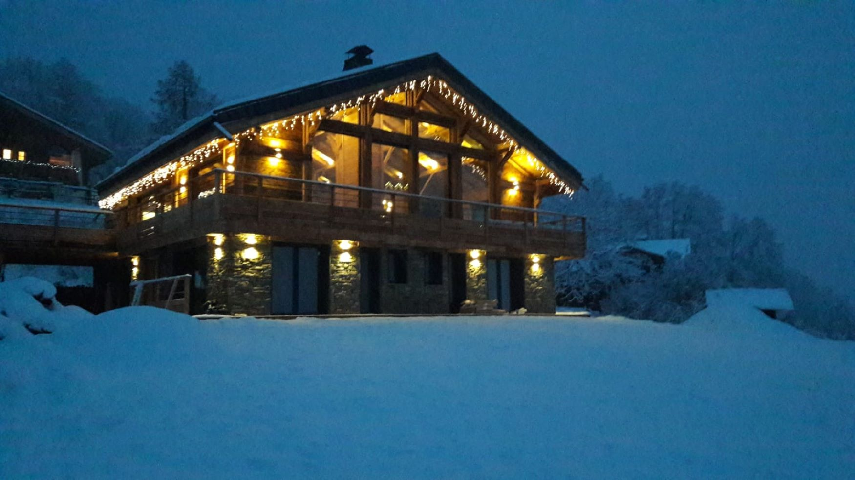 Gallery : Chalet at night